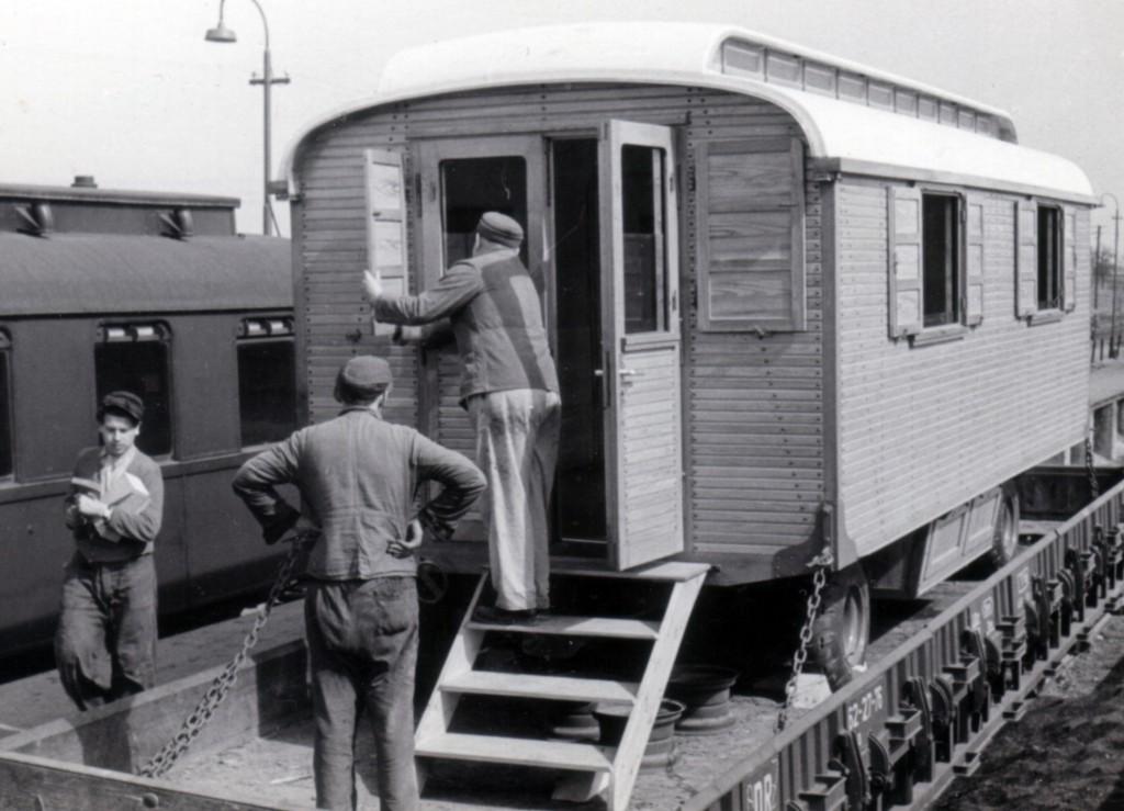 Verladen eines Zirkus-Wohnwagens am Bahnhof Döllstädt.