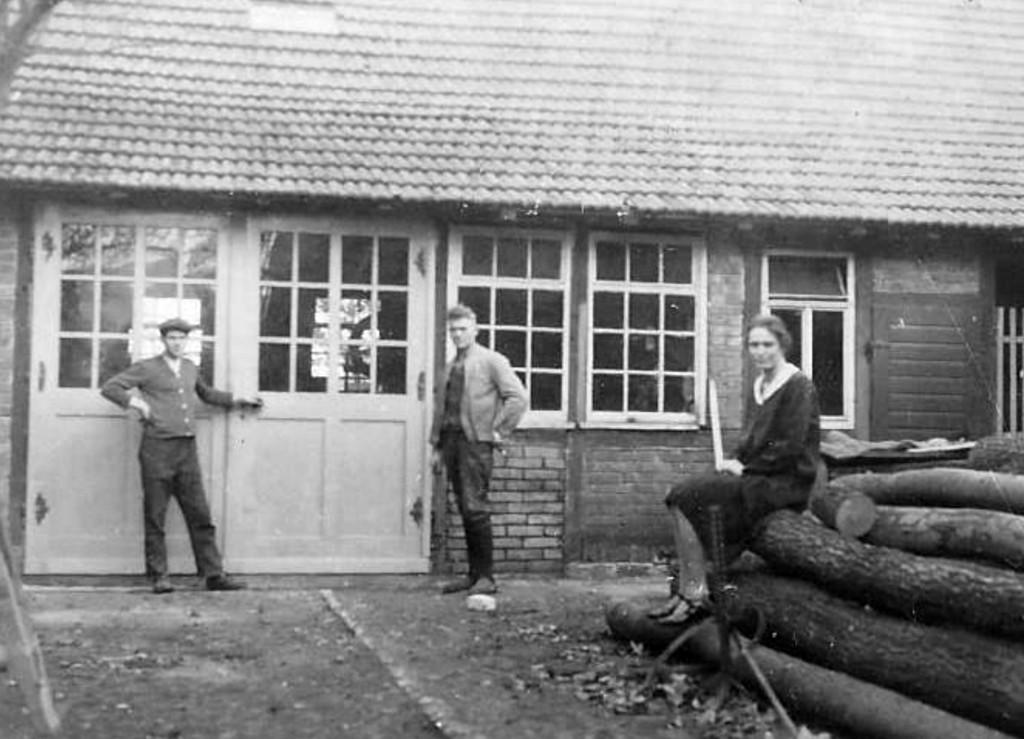 Ilse und Walter Paetow vor der Werkstatt Degenhardt an der Hauptstraße.