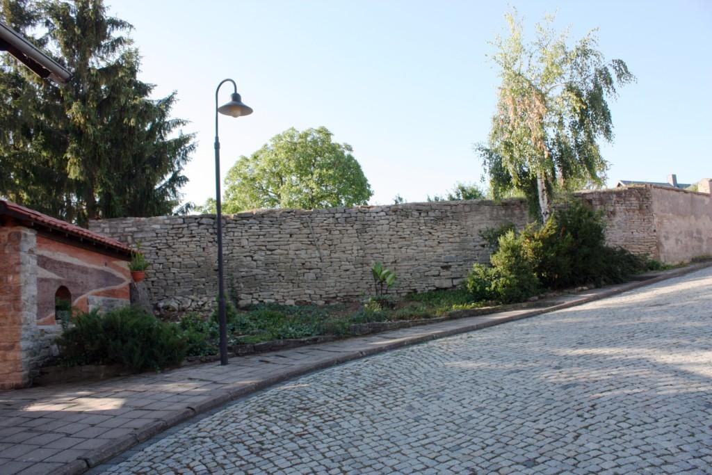 Dorfmauer aus Muschelkalk in der Lange Gasse.