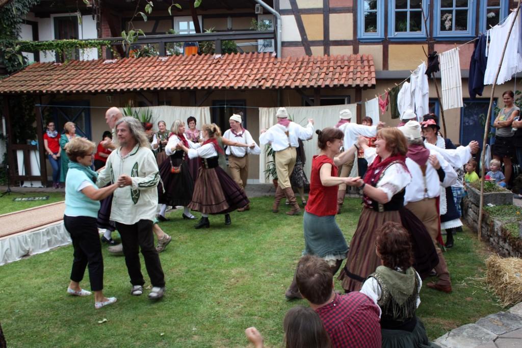 Fröhlicher Tanz mit der Dachwiger Trachtengruppe