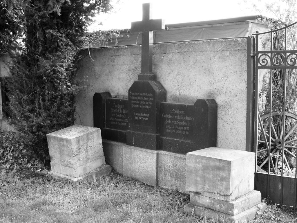 Das Familiengrab der Linie von Seebach Großfahner Schieferschloss auf dem Friedhof von Großfahner.