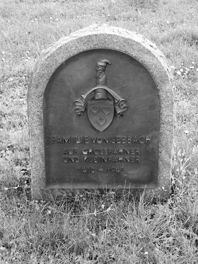 Gedenkstein für die Familie von Seebach auf Groß- und Kleinfahner, 1412-1945, auf dem Friedhof von Großfahner.