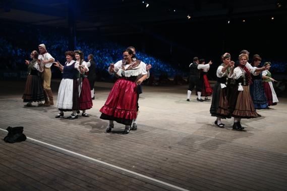 """Die Trachtengruppe Gotha tanzt den """"Rühler Springer"""" bei der Eröffnungsgala."""