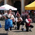 """Tambach-Dietharzer tanzen bei strahlendem Sonnenschein eine """"Masurka""""."""