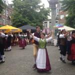 Coach Natalie und Tanzpartner in Wechmarer Tracht auf einer der Bühnen der Stadt Namur.