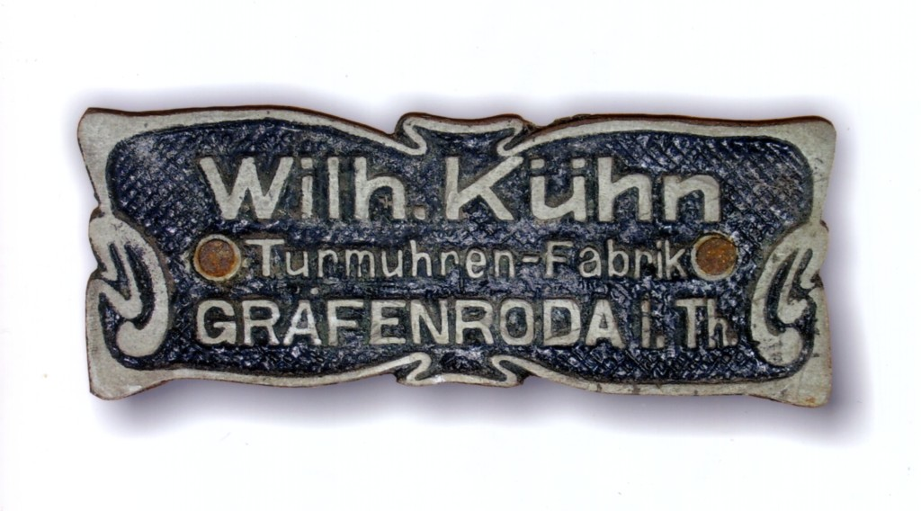 Firmenplakette der Firma Wilhelm Kühn Turmuhrenfabrik Gräfenroda in Thüringen.