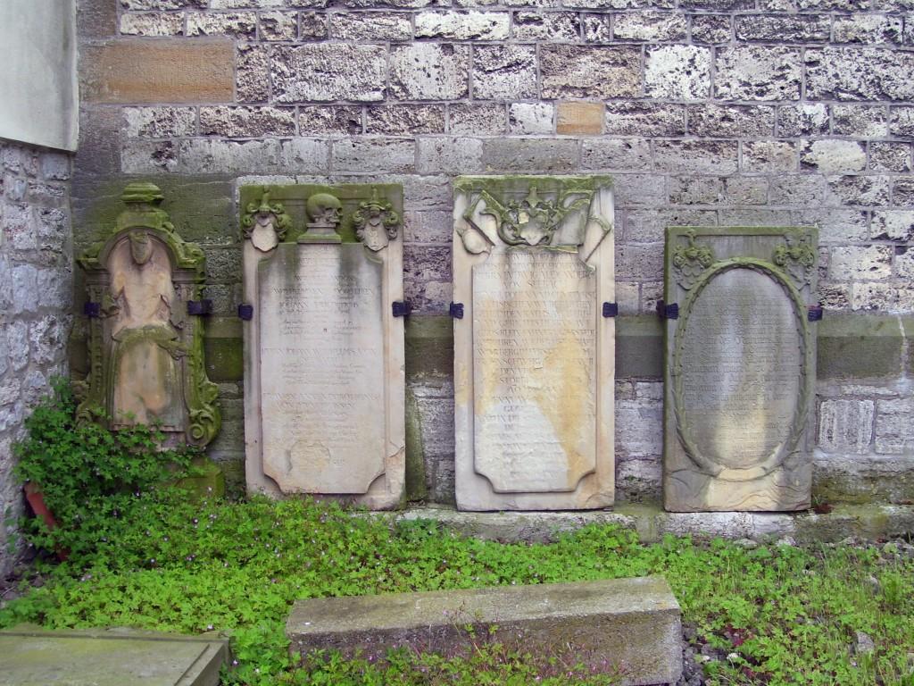 Grabplatten an der Nordseite des Kirchturmes