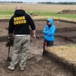 Ein Metallsuchgerät erleichtert die Suche nach Wrackteilen und eventuellen Munitionsresten.