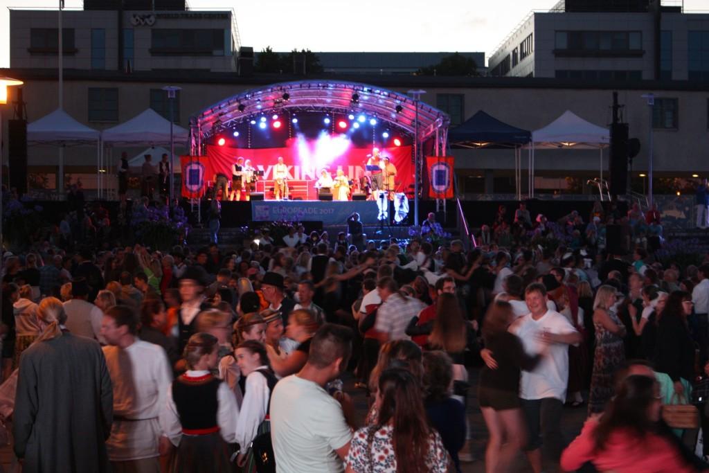 EUROPEADE-Ball auf dem Varvintori-Platz. Hier wurde bis spät in die Nacht musiziert und getanzt..
