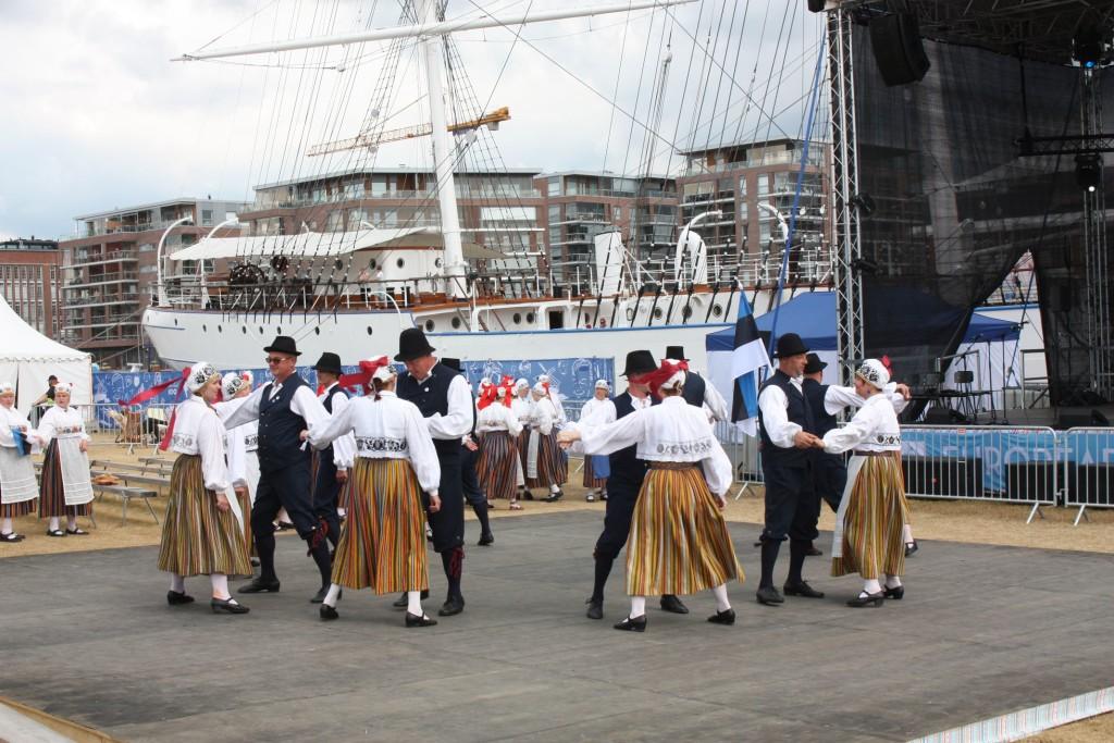 """Hafenbühne vor dem Großsegler """"Suomen Joutsen"""" mit estnischer Volkstanz-Gruppe."""