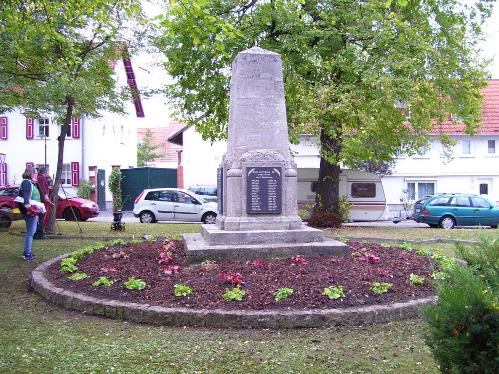 Das Denkmal in frischem, dem Gedenkort würdigen Gewand. Weitere Pflanzen werden im Frühjahr 2018 gesetzt.