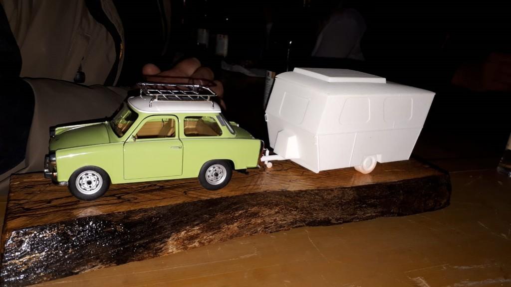 Der Preis für den Gewinner des Friedel-Quizzes: ein Trabant 601 und ein 3D-Druck des Friedel 1.